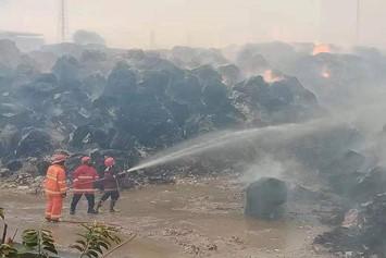 インドネシアFajar paper古紙置き場で火災